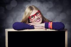 Muchacha adolescente sonriente con la pizarra. Fotos de archivo