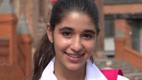 Muchacha adolescente sonriente con los apoyos Fotos de archivo libres de regalías