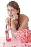 Muchacha adolescente sonriente con palomitas rosadas Foto de archivo libre de regalías