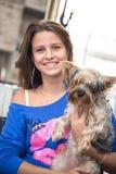 Muchacha adolescente sonriente con su animal doméstico Foto de archivo