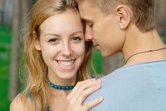 Muchacha adolescente sonriente con un muchacho Imagenes de archivo