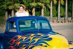 Muchacha adolescente sonriente de los años 50 en furgoneta Imagen de archivo