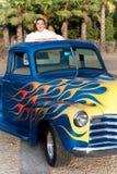 Muchacha adolescente sonriente de los años 50 en furgoneta Foto de archivo libre de regalías