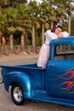 Muchacha adolescente sonriente de los años 50 en furgoneta Fotografía de archivo