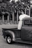 Muchacha adolescente sonriente de los años 50 en furgoneta Imagen de archivo libre de regalías