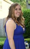 Muchacha adolescente sonriente del baile de fin de curso en perfil Imagen de archivo