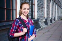 Muchacha adolescente sonriente del estudiante con la mochila Imagen de archivo