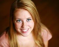Muchacha adolescente sonriente del redhead con las pecas Imagen de archivo