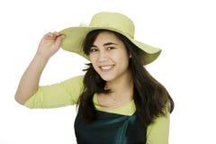 Muchacha adolescente sonriente en alineada y sombrero verdes Imágenes de archivo libres de regalías