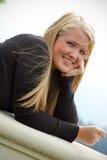 Muchacha adolescente sonriente en balcón Fotos de archivo libres de regalías
