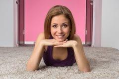 Muchacha adolescente sonriente en camiseta púrpura Imagenes de archivo