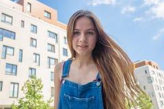 Muchacha adolescente sonriente en el área de la residencia de la ciudad Imágenes de archivo libres de regalías