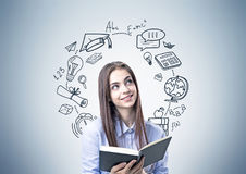 Muchacha adolescente sonriente en el azul, libro, iconos de la educación Fotos de archivo libres de regalías