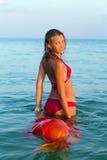 Muchacha adolescente sonriente en el mar Fotos de archivo libres de regalías