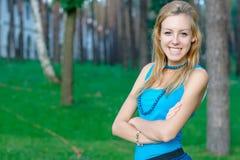 Muchacha adolescente sonriente en el parque Imágenes de archivo libres de regalías
