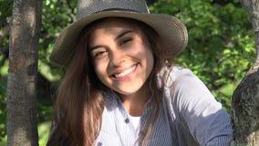 Muchacha adolescente sonriente en el parque Fotografía de archivo libre de regalías