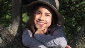 Muchacha adolescente sonriente en el parque en Sunny Day Fotografía de archivo libre de regalías
