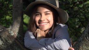 Muchacha adolescente sonriente en el parque en Sunny Day Foto de archivo