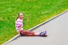 Muchacha adolescente sonriente en pcteres de ruedas Fotografía de archivo libre de regalías