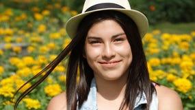 Muchacha adolescente sonriente en prado Fotos de archivo