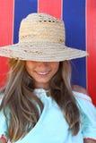 Muchacha adolescente sonriente en sombrero en la playa Fotos de archivo libres de regalías