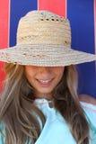 Muchacha adolescente sonriente en sombrero en la playa Imagenes de archivo