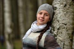 Muchacha adolescente sonriente en una boina gris Foto de archivo