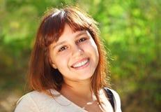 Muchacha adolescente sonriente feliz Foto de archivo libre de regalías