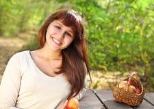 Muchacha adolescente sonriente feliz Imagen de archivo