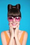 Muchacha adolescente sonriente feliz con el peinado del arco, el llevar modelo divertido Fotografía de archivo