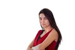 Muchacha adolescente sonriente feliz en el vestido rojo, brazos cruzados Imagenes de archivo