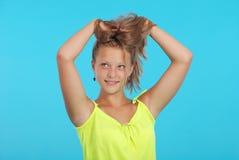 Muchacha adolescente sonriente feliz hermosa Imagenes de archivo