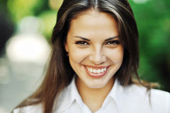 Muchacha adolescente sonriente feliz hermosa - al aire libre Imagen de archivo libre de regalías