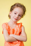 Muchacha adolescente sonriente feliz hermosa sobre fondo amarillo Foto de archivo