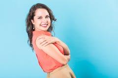 Muchacha adolescente sonriente feliz hermosa sobre fondo azul con el copyspace Imagenes de archivo