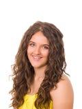 Muchacha adolescente sonriente hermosa con el pelo encrespado largo Foto de archivo