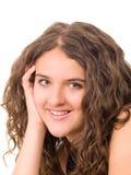 Muchacha adolescente sonriente hermosa con el pelo encrespado largo Imagen de archivo