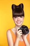 Muchacha adolescente sonriente hermosa que toma una foto El modelo bonito es RRPP Fotos de archivo