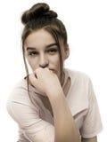 Muchacha adolescente sonriente que muestra apoyos dentales en blanco Fotos de archivo libres de regalías