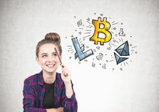 Muchacha adolescente sonriente que piensa, lápiz, cryptocurrency Fotografía de archivo
