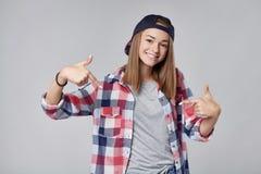 Muchacha adolescente sonriente que señala en sí misma Fotos de archivo