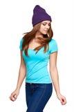 Muchacha adolescente sonriente que se coloca en sombrero Imagen de archivo