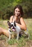 Muchacha adolescente sonriente y su animal doméstico Foto de archivo libre de regalías