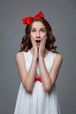 Muchacha adolescente sorprendida con el arco rojo en la cabeza Imagen de archivo libre de regalías