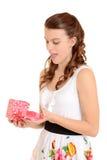 Muchacha adolescente sorprendida con el regalo de las tarjetas del día de San Valentín Imagen de archivo