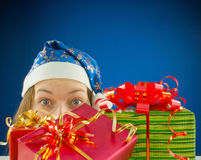 Muchacha adolescente sorprendida con los regalos de Navidad Fotografía de archivo