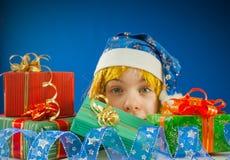 Muchacha adolescente sorprendida con los regalos de Navidad Foto de archivo