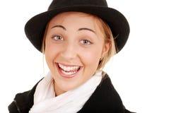 Muchacha adolescente sorprendida en sombrero y bufanda Foto de archivo