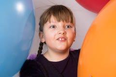Muchacha adolescente sorprendida en un fondo Fotografía de archivo libre de regalías