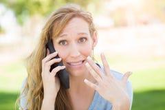 Muchacha adolescente subrayada al aire libre que habla en su teléfono elegante Fotos de archivo libres de regalías